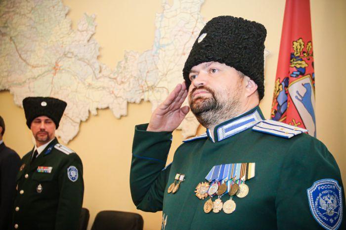 НА ФОТО: Ведущий детского кружка Владимир Чащин докладывает обстановку