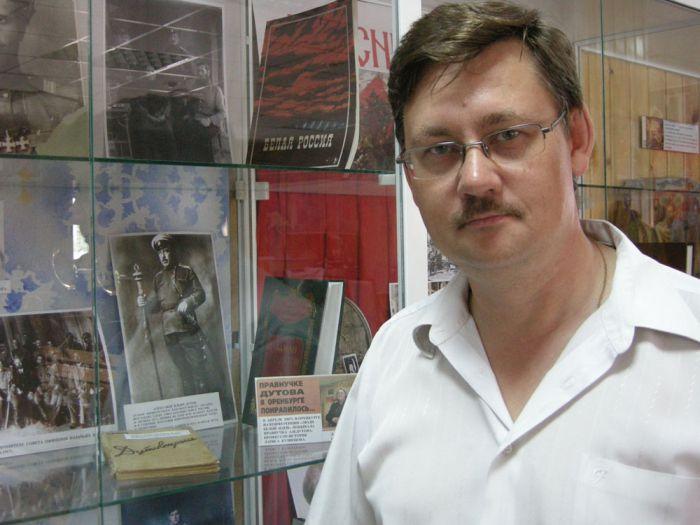 НА ФОТО: Константин Артемьев изучает казачество по картинкам в музее